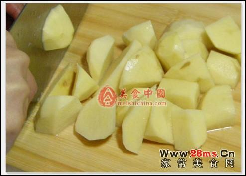 步骤1:土豆去皮切块,鸡腿洗干净