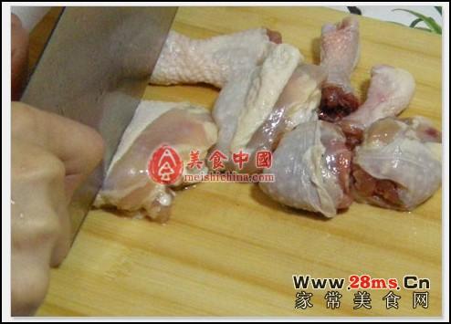 步骤1,土豆去皮切块,鸡腿洗干净