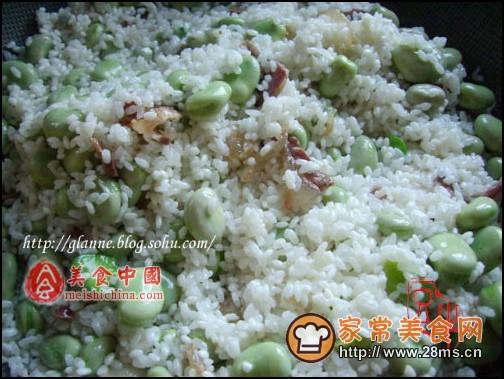 1、将大米淘洗干净,加水浸泡15至20分钟,然后捞出,浸泡剩余的水分待用;   这一步可以按照自己家里焖米饭的过程来进行,浸泡米的水和平时电饭锅焖的水量差不多,就是把食指垂直于大米表面,水量应该在食指第一个关节处,就是约食指的1/3处;    2、炒锅里放入比平时炒菜多一倍的油,待油热后转中火炒香火腿或腊肉,看到肥肉部分开始变得透明,倒进蚕豆,加入半杯水,能把蚕豆没过即可;    3、待水烧开后,将泡好的大米倒入锅中,加入盐,翻炒均匀;    4、将做法1中剩余的水倒进炒锅中,在根据个人口味加入适量盐