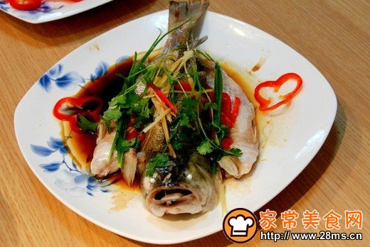 教您清蒸鱼的家常做法,如何做清蒸鱼才好吃   第一步:鱼的选择:鱼的重量最好控制在500克左右,摆在鱼盘中美观是次要的,关键是生熟的比较容易把握。   第二步:鱼的整形:将鱼收拾干净后,用刀将鱼脊骨从腹内斩断,可以防止鱼蒸熟后,由于鱼骨收缩而使鱼变形,在鱼体两侧抹匀,再沾少   第三步:鱼的调味:将少许肉粒拌入一点、、盐、姜末、末后放入鱼腹中,既可使鱼的味道更鲜,又可使蒸出的鱼显得饱满。   第四步:鱼的摆盘:取大块老姜和中段,切成长短均匀的细长丝,铺在鱼盘上,将鱼入盘后再在鱼身上撒些许葱姜丝,成熟