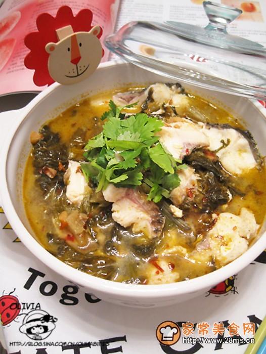 酸菜鱼做法简单是草鱼做法大全的常见菜,不一定要看酸菜鱼视频才能学会,但怎么做酸菜鱼最好吃,跟着家常美食网的做法图解来做这道酸菜鱼吧。   酸菜鱼的介绍:    酸菜鱼是最早流传开来的川菜之一,风靡祖国大江南北,这么说并不夸张,虽说辣子鸡丁、鱼香肉丝、水煮牛肉也都曾称霸我们的餐桌,但酸菜鱼确是地地道道的川菜急先锋,算是最早被我们熟知的四川家常菜~有点惭愧哈~既然这么着,那还不会做酸菜鱼?之前确实不会~不过现在没问题了,看大家总结小口诀,这方法真的很实用,这次也总结了七字小口诀,片(片)、拆(骨)、腌(