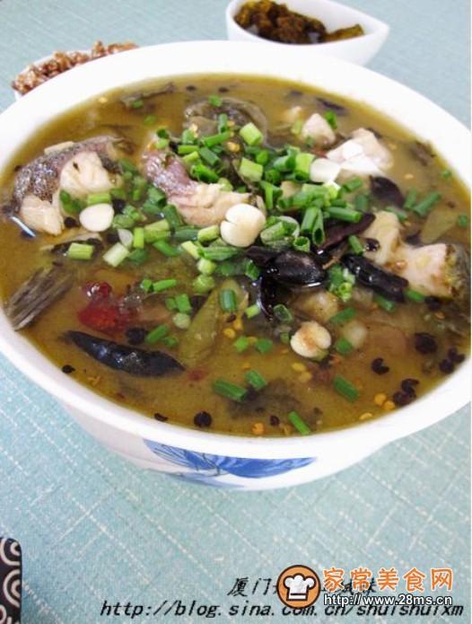 家常酸菜鱼做法简单是草鱼做法大全的常见菜,不一定要看家常酸菜鱼视频才能学会,但怎么做家常酸菜鱼最好吃,跟着家常美食网的做法图解来做这道家常酸菜鱼吧。   家常酸菜鱼的介绍:    今天这个酸菜鱼,是我们一家三口冬天的最爱酸辣开胃,咸鲜味浓,尤其那个汤汁,微辣配上米饭,风味绝佳。    家常酸菜鱼的食材和调料:    草鱼 一条(无鱼头 泡椒酸菜 200克左右 盐 适量 食用油 少许 料酒 少许 胡椒粉 少许 干辣椒 16根 花椒 16颗 姜末 少许 葱花 少许    教您家常酸菜鱼的家常做法,如何做