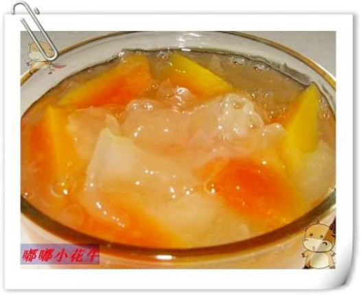 一、用温水把银耳泡10-15分钟   二、木瓜从中间切开,去皮去籽,然后切成小块   三、把银耳放入锅中炖1小时后,放入冰糖和切好的木瓜   四、因为木瓜本来就可以生吃,不宜炖太久,10分钟以后就可以了