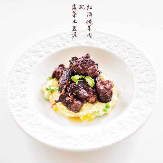 红酒炖羊肉配蔬菜土豆泥的做法