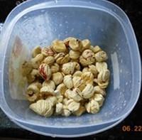 广式花生蛋黄粽的做法步骤4