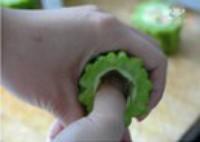 鲜虾蛋黄酿苦瓜的做法步骤2