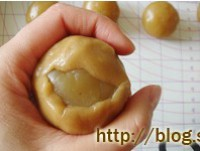肉松莲蓉蛋黄月饼的做法步骤12