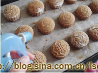 肉松莲蓉蛋黄月饼的做法步骤16