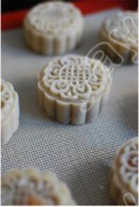 广式莲蓉蛋黄月饼的做法步骤5