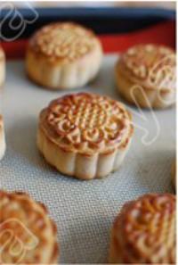 广式莲蓉蛋黄月饼的做法步骤6