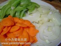 风味时蔬小炒鸡的做法步骤2