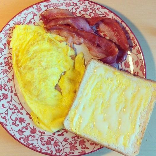 港式早餐(火腿奄列+煎培根+奶油多)的做法
