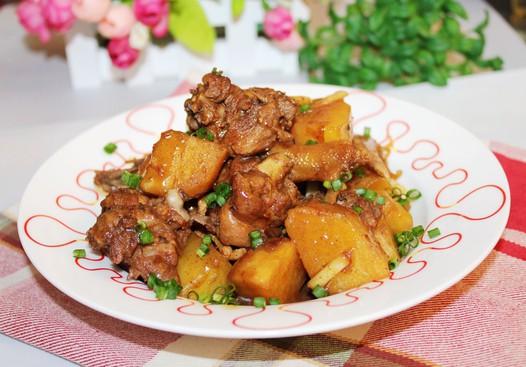 五香土豆焖鸭的做法