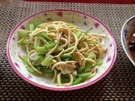 芹菜炒干丝的做法