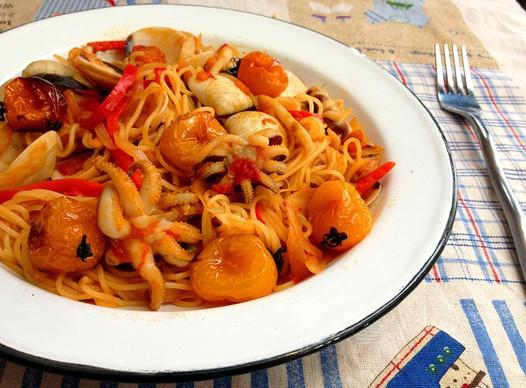家常美食网 植物菜单 西红柿 >番茄海鲜意粉的做法    二,锅里倒水烧