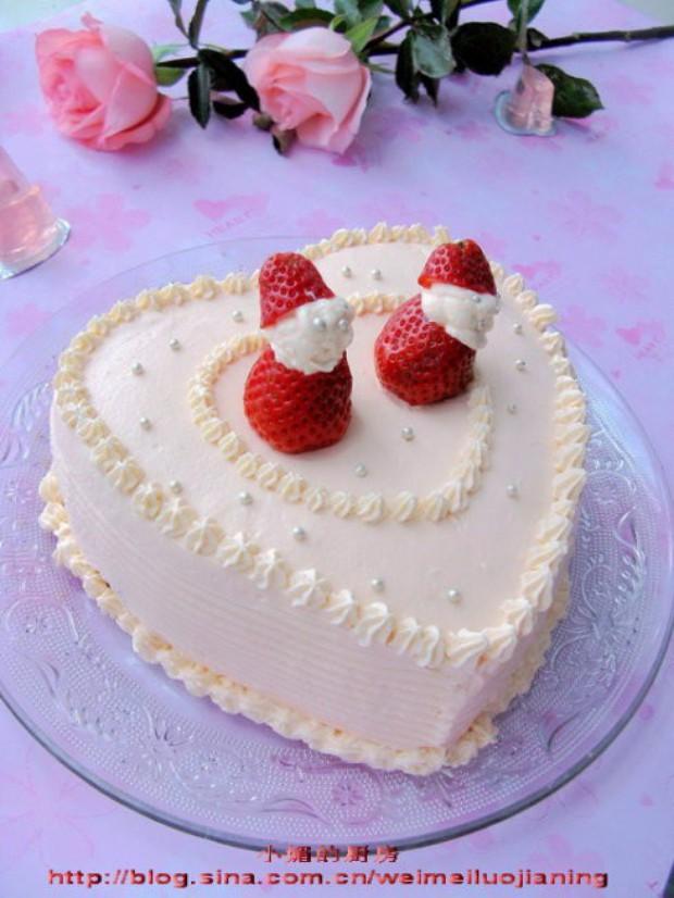 把草莓底座放好在蛋糕上,挤上一团奶油,用银色糖珠做小人的眼睛嘴巴