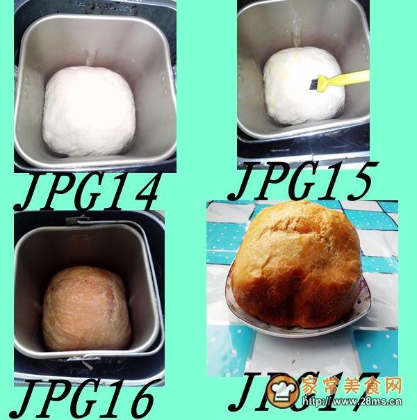 1,准备好要用的食材:面包粉、菠菜汁、胡萝卜汁、牛奶、鸡蛋、酵母粉、 橄榄油 2,牛奶微波炉加热(微温) 3,牛奶,酵母粉,鸡蛋搅匀分成两份 4,分别活出三色面团(很软的)) 5,取三个碗分别倒上少量的橄榄油 6,将面团分别放入用保鲜膜覆盖(面团的四个角对折一下) 7,放在桌子上低温自然发酵(我晚上九点活的面,第二天上午烤的面包) 8,第二天早上八点的时候看见面已经发酵好了 9,把面团的四角再一次对折)小心取出放在案上重叠在一起卷住 10,面包机取下搅拌刀 ,抹上少许橄榄油 11,把面团放入盖好机盖不用通
