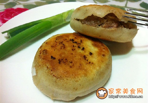 四合饼锅-1、做油酥,取一个碗,里面放适量面粉、胡椒粉、花椒粉、盐,锅里
