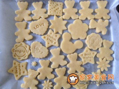 用饼干模按压出饼干形状.用刮板一个个取出,平放在烤盘上.
