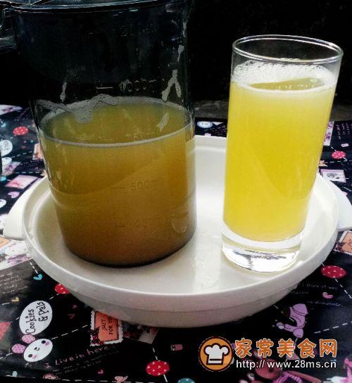 在家继续享受我的鲜榨果汁 食材:雪梨1个 菠萝适量 温开水适量 做法 1
