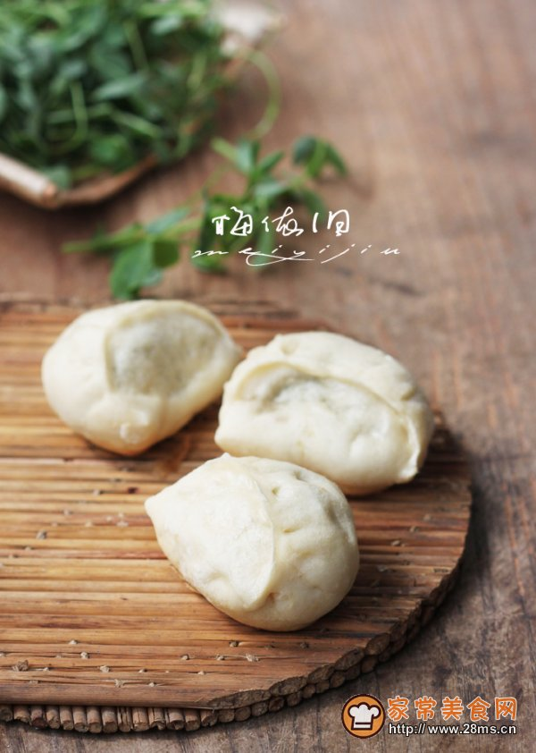 """怎么做上海美食传统草头煎饺好吃?学做上海美食传统草头煎饺需要哪些食材?家常美食网为您提供上海美食传统草头煎饺的家常做法大全,只要按照图文步骤,菜鸟都能做出美味上海美食传统草头煎饺!  草头,原名苜蓿,又名三叶草,金花菜,是我国古老的蔬菜之一。 草头作为常用蔬菜,清代后期,这种野菜渐渐的成为了""""园蔬""""。近百年来一直盛名不衰,如上海馆子的""""生煸草头"""",用草头嫩头和嫩叶经旺火热油快速煸炒而成,成菜色泽碧绿,柔软鲜嫩,清口解腻。 上海高桥镇,古时曾用名:翁家桥、清溪"""