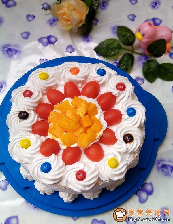 这是今年做的第二款生日蛋糕了,第一个奶油蛋糕是正月初五那天做给老爸的,因为他喜欢吃甜的东西所以蛋糕必须的呀,昨天去深圳表弟家玩,两个表弟和弟媳都喜欢吃蛋糕所以周六晚上我就把戚风烤好了,第二天早上才6点多就起来了:打发奶油、切水果、裱蛋糕。  裱花蛋糕是我的弱项,又没有草莓和大家都喜欢的樱桃,就用了一样红艳艳的圣女果来装饰,加些芒果丁,最后又放上小朋友吃的巧克力豆,猛一看还是蛮好看的呢。