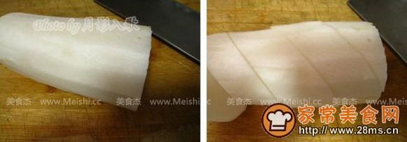 将白萝卜去皮洗净,刀斜切成菱形块