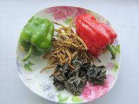 黄花菜木耳肉丝的做法步骤1