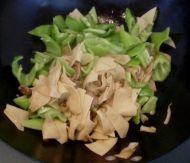 干豆腐炒辣椒的做法步骤4