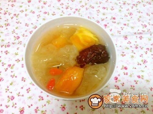羹的做法    主料:  木瓜半个  银耳1朵   辅料:  冰糖适量  红枣枸杞