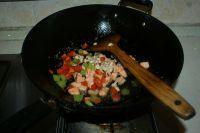 三文鱼炒三丁的做法步骤6
