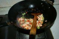 三文鱼炒三丁的做法步骤7