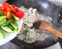家乡荷塘炒双菇的做法步骤6