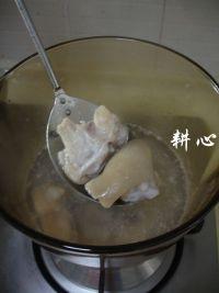 猪脚萝卜汤的做法步骤3