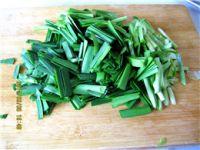 韭菜炒猪血的做法步骤2