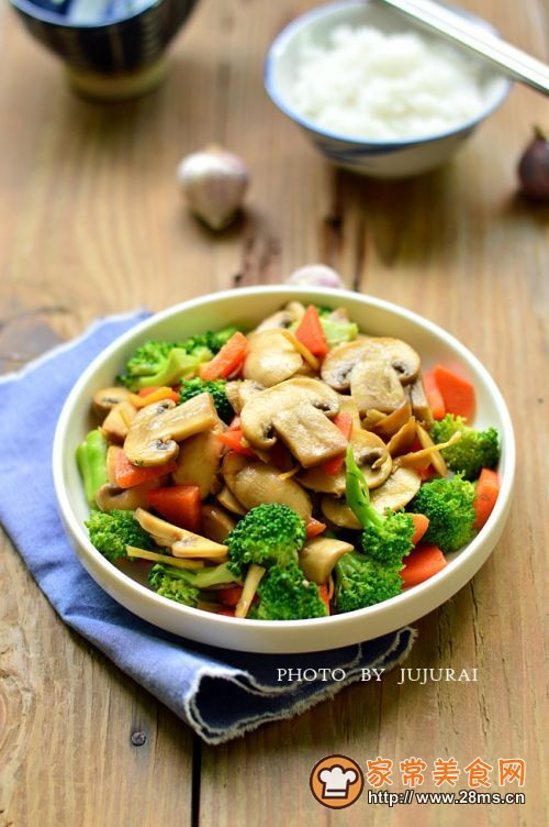西兰花炒蘑菇的做法