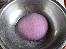 粒粒香紫薯披萨—赋予披萨亮丽的饼底的做法步骤:4