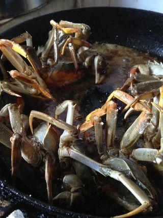焖锅香辣蟹的做法步骤:2