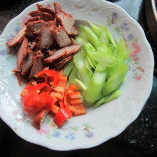 莴笋叉烧肉的做法步骤:2