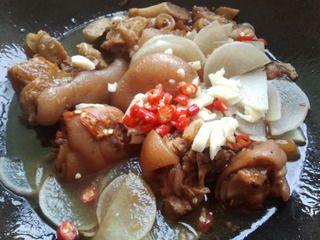 蒜香香辣红烧猪蹄的做法步骤:7