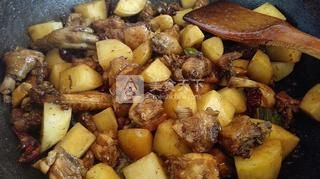 正宗新疆大盘鸡的做法步骤:4