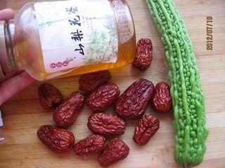 蜜汁红枣苦瓜段的做法步骤:1