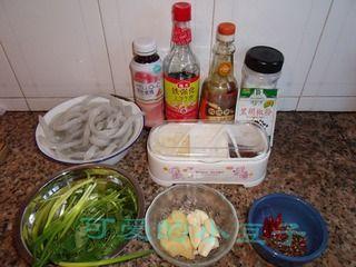 土豆粉烧仔鸡的做法步骤:1