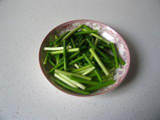 抽一把蒜苗,做个香喷喷的干锅--蒜苗鸭掌干锅的做法步骤:6