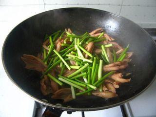 抽一把蒜苗,做个香喷喷的干锅--蒜苗鸭掌干锅的做法步骤:10