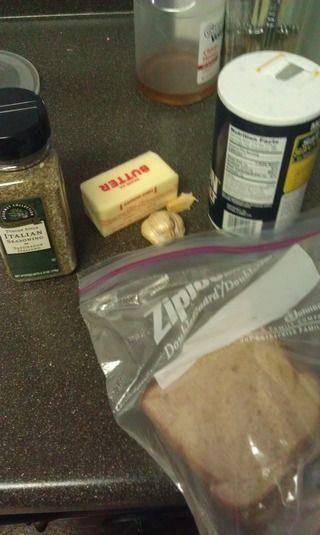 蒜香土司的做法步骤:1