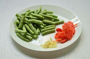 干煸四季豆的做法步骤:2