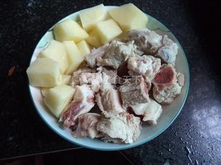 土豆焖排骨的做法