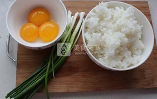 葱香黄金蛋炒饭的做法步骤:1