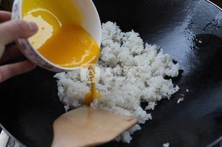 葱香黄金蛋炒饭的做法步骤:4